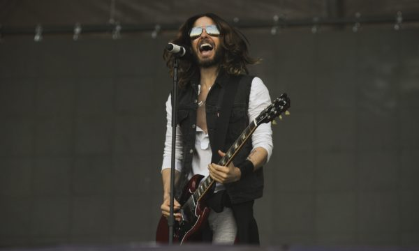 Jared-Leto-50-seconds-to-mars-performance-microphone-1003031